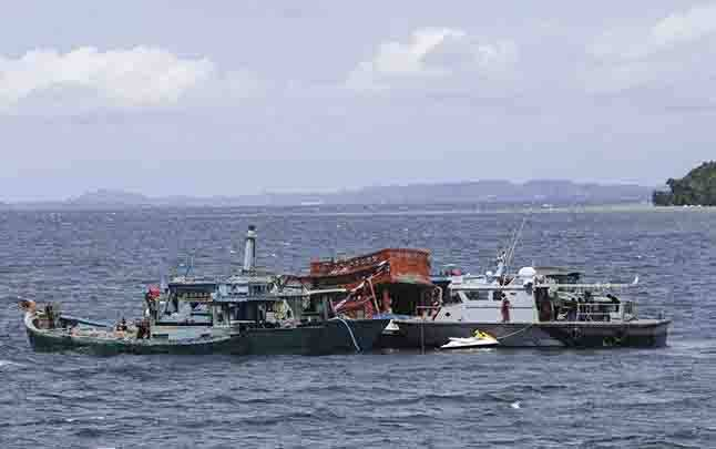ILUSTRASI - Persiapan penenggelaman kapal nelayan asing di Perairan Pulau Momoi, Batam, Kepulauan Riau, Rabu 21 November 2018. (foto : ANTARA via teras.id)