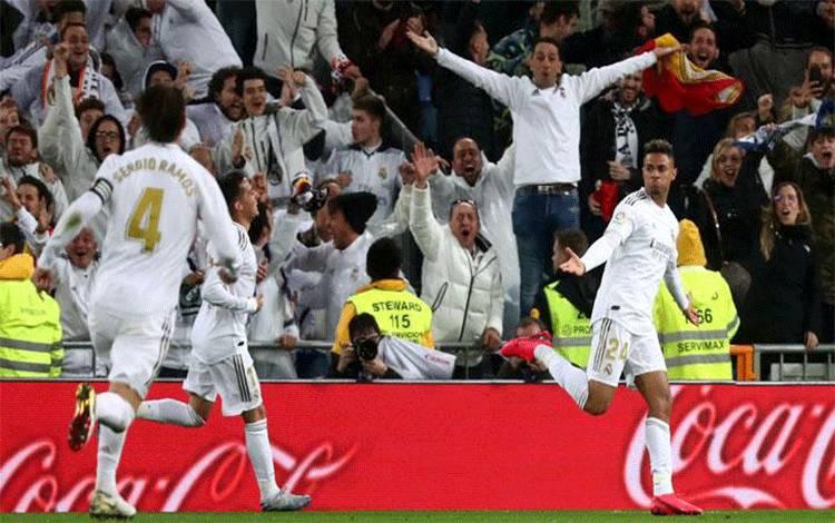 Pemain Real Madrid Mariano Diaz, melakukan selebrasi setelah mencetak gol ke gawang Barcelona dalam pertandingan Liga Spanyol di Santiago Bernabeu, Madrid, 2 Maret 2020. (foto : REUTERS/Sergio Perez via teras.id)