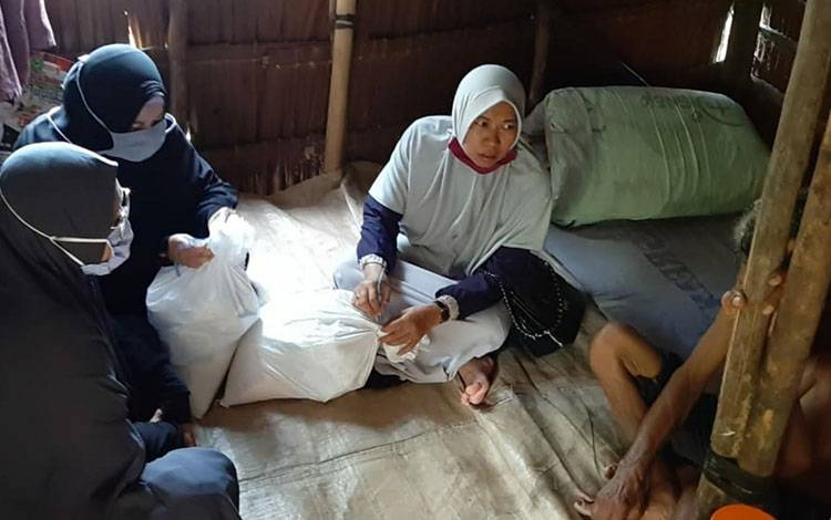 Anggota DPRD Kapuas Sri Umi Daryatun saat menyalurkan bantuan sembako untuk Lansia di Basirih, Desa Sei Asam, Kecamatan Kapuas Hilir.