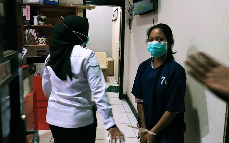 Pelaku pembunuhan anak kandung saat dibawa ke ruang pemeriksaan Satreskrim Polres Kotim. Pelaku sendiri dilakukan observasi kejiwaannya di RSUD dr Murjani Sampit, Senin, 27 April 2020.