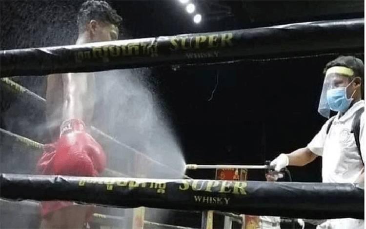 Petinju disemprot disinfektan sebelum bertanding di Nikaragua untuk mencegah penyebaran virus corona, 26 April 2020. (Instagram/tvboxeo)