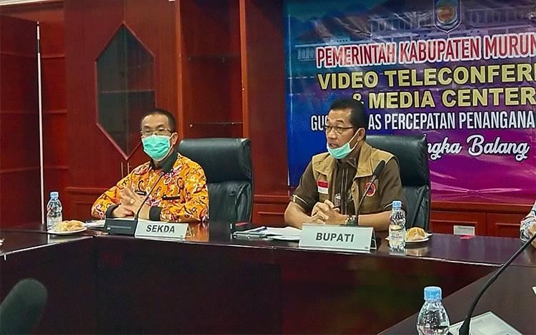 Bupati Murung Raya, Perdie M Yoseph saat saat memimpin Konferensi pers gugus tugas penanganan Covid-19 belum lama ini.