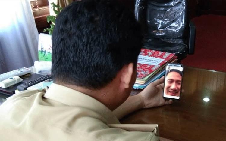 Bupati Lamandau Hendra Lesmana berbincang dengan Wali Kota Palangka Raya Fairid Naparin melalui sambungan video call, Selasa 28 April 2020.