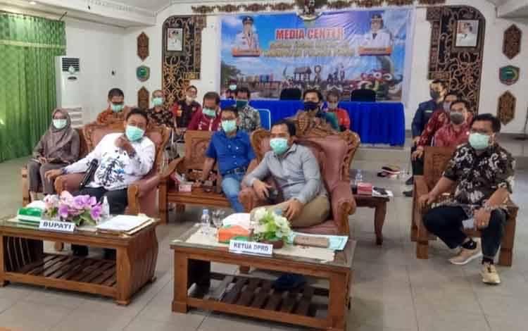 Anggota DPRD Pulang Pisau saat mengikuti video conference bersama Bupati Pulang Pisau, belum lama ini.