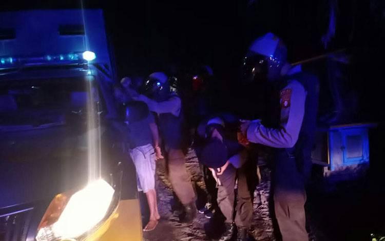 Petugas saat menggiring pelaku ke mobil Ditsamapta Polda Kalteng.