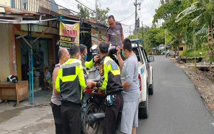 Personel Satlantas Polres Kapuas saat mengamankan sepeda motor dalam patroli balap liar di Kota Kuala Kapuas pada Kamis, 30 April 2020.