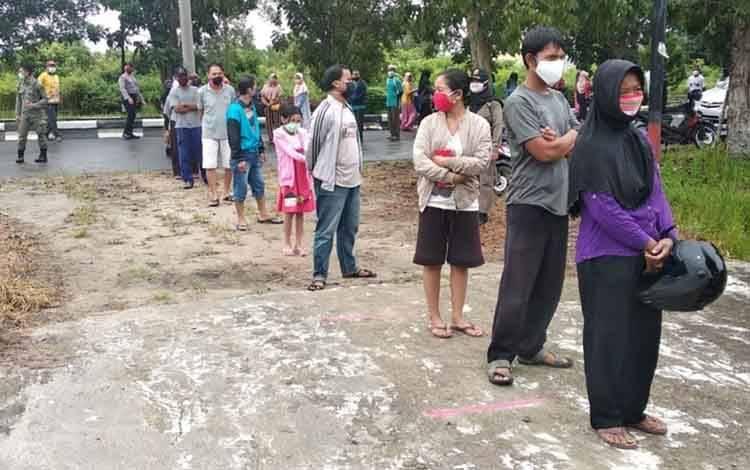 Antrian pengunjung operasi pasar yang digelar Dinas Perindagkop Pulang Pisau.