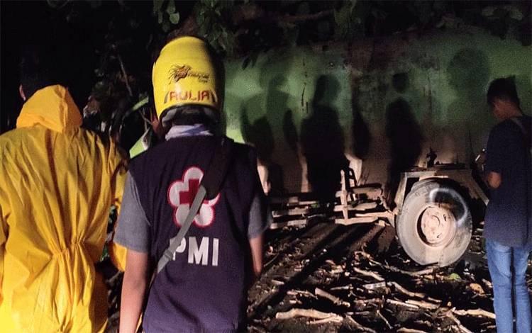Sejumlah anggota PMI dan masyarakat saat berada di lokasi kecelakaan sebuah truk menabrak pohon di Jalan Jendral Sudirman, Sampit, Kamis, 30 April 2020 malam.