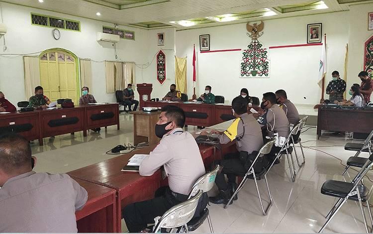 Rapat koordinasi penetapan larangan keluar masuk transportasi angkutan umum dan pribadi masuk serta keluar wilayah Murung Raya.