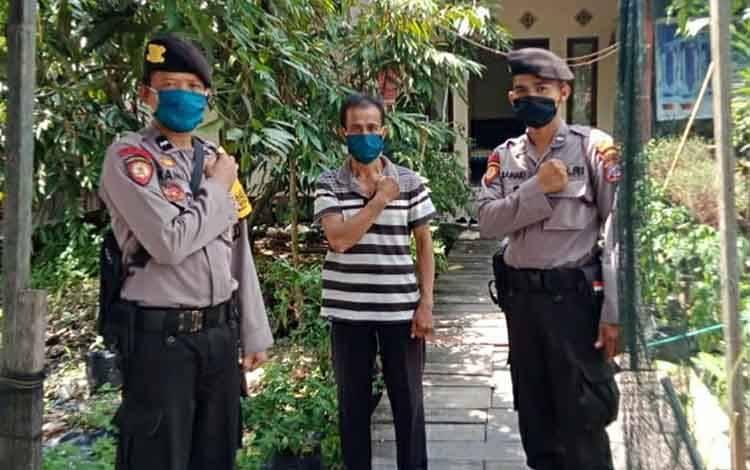 Anggota Polsek Kapuas Hilir saat menyambangi kediaman Kepala Desa Bakungin pada Senin, 4 Mei 2020.