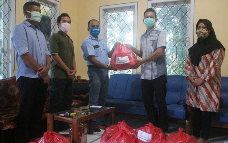 Plantation Head PT Pilar Wanapersada Bambang Supriyadi saat menyerahkan bantuan sembako kepada pengurus PWI Lamandau.