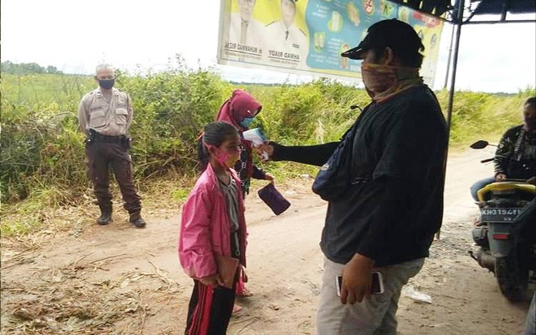 Pemeriksaan suhu tubuh di pos jaga Kelurahan Bereng Bengkel.