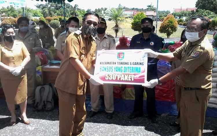 Wakil Bupati Katingan, Sunardi Litang saat menyerahkan bantuan sosial secara simbolis kemarin.