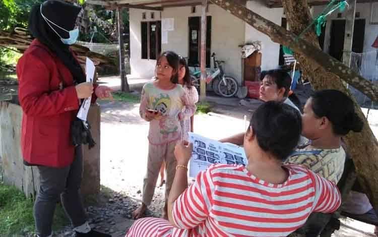 Mahasiswa saat memberikan informasi kepada masyarakat Pantai Lunci terkait covid-19