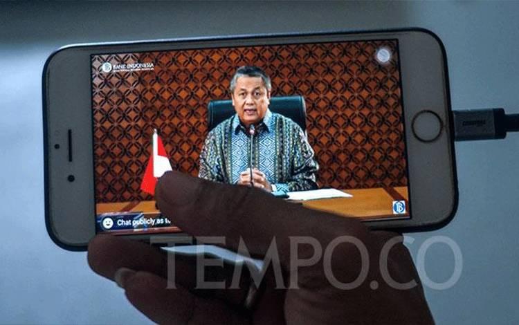 Wartawan tengah melihat secara daring pemaparan Gubernur Bank Indonesia Perry Warjiyo di Jakarta, Rabu, 29 April 2020. (foto : tempo.co)