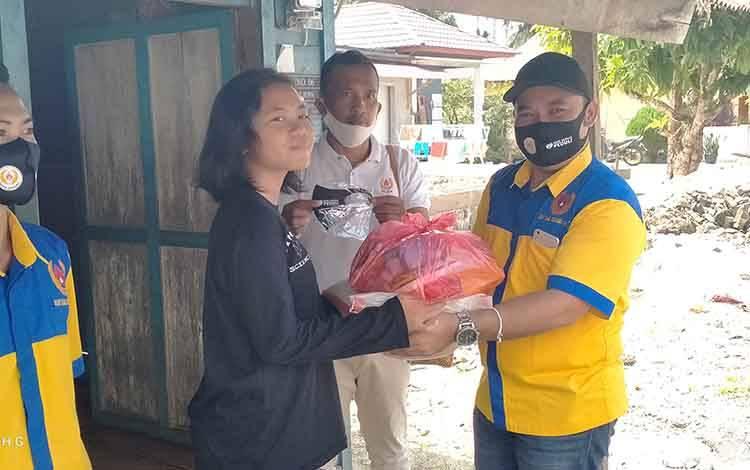 Ketua KONI Ferbianto Octafanus bersama pengurus saat menyerahkan paket sembako kepada isan olahraga.