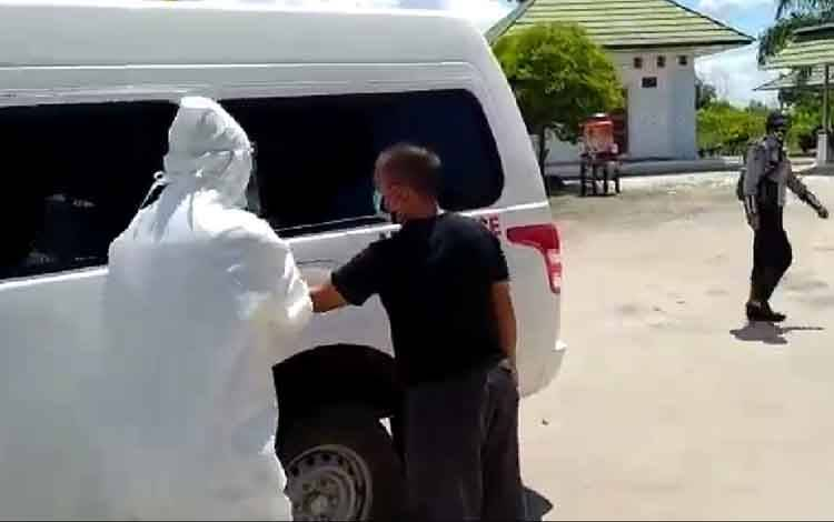 Sopir travel Sumerta dari Banjarmasin diangkut petugas medis gunakan APD lengkap.