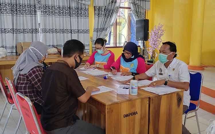 petugas kesehatan saatmelakukan pemeriksaan kepada warga pendatang yang masuk wilayah Kabupaten Sukamara.