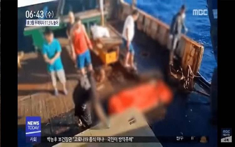 Potongan gambar dari video kru kapal nelayan Cina yang membuang jenazah ABK Indonesia ke laut.[YouTube MBCNEWS]