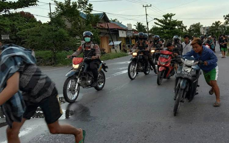 Belasan anak remaja diberikan penindakan berupa sanksi dengan mendorong sepada motor masing-masing, setelah mereka terlibat balapan liar.