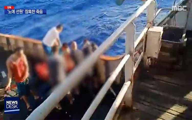 Jenazah pelaut yang diduga berkewarganegaraan Indonesia dilemparkan ke laut dari atas Kapal Cina. Cuplikan dari video Imnews.imbc.com