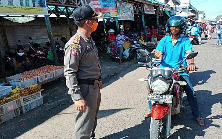 Personel Satpol PP dan Damkar Kapuas saat melakukan patroli pengawasan penggunaan masker di wilayah Pasar Kuala Kapuas.