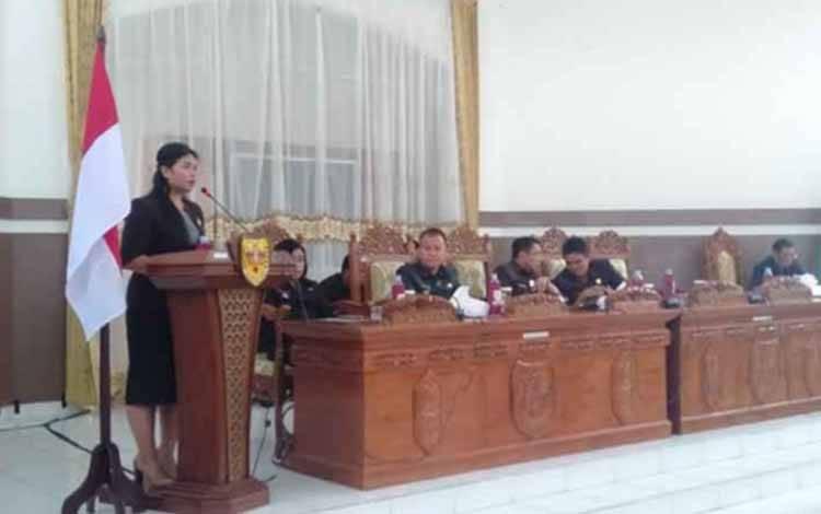 Wakil II Ketua DPRD Gunung Mas, Neni Yulianti saat menyampaikan pidato saat rapat paripurna
