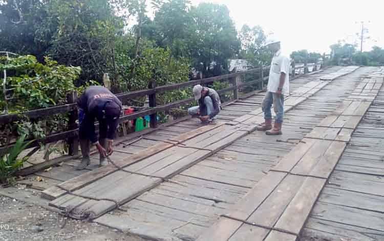 PT MKM saat membantu perbaikan jembatan penghubung antara desa yaitu Desa Tarung Manuah dan Desa Batu Nindan, Sabtu, 9 Mei 2020.