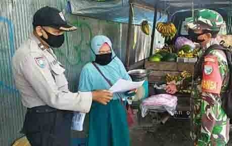 Bhabinkamtibmas Kelurahan Menteng saat sosialisasi ke warga.