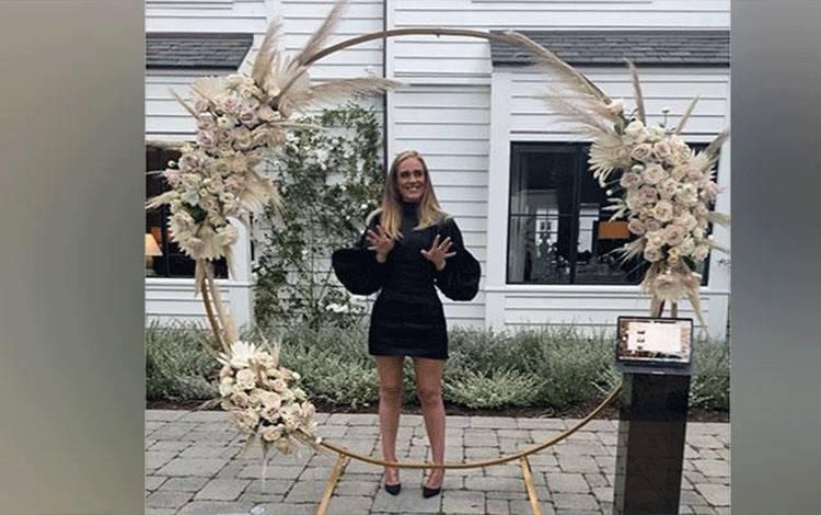 Adele mengunggah sebuah foto untuk mengucapkan terima kasih kepada penggemar yang mengucapkan selamat ulang tahun ke-32 sekaligus mengapresiasi tenaga kesehatan dan para pekerja yang tengah berjuang di tengah wabah corona pada 5 Mei 2020. Unggahan foto ini mencuri perhatian para penggemar dan netizen. Instagram/Adele