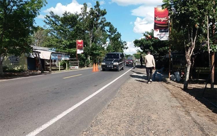 Situasi arus keluar masuk kendaraan dari luar daerah di Pulang Pisau dalam pengawasan petugas Pos Lapangan Gugus Tugas Covid-19.