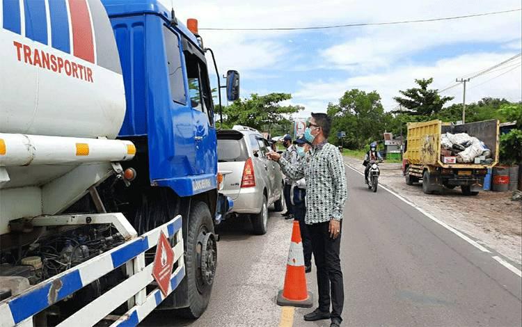Pemeriksaan kendaraan di wilayah perbatasan Palangka Raya.
