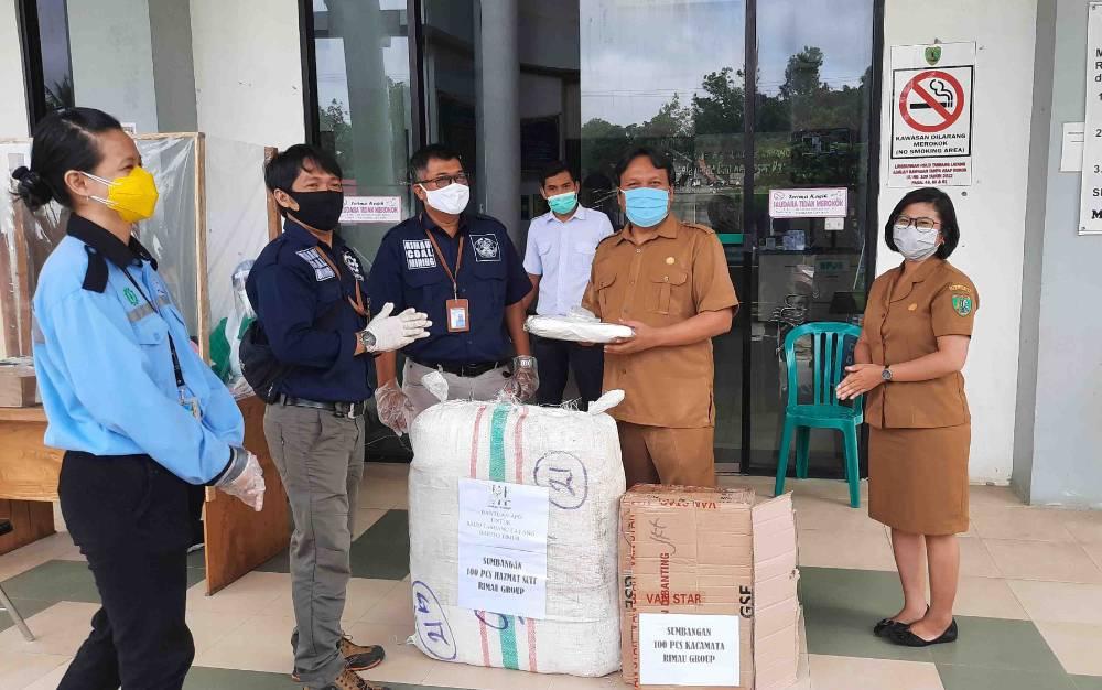 Penyerahan 100 set APD dari PT Senamas Energindo Mineral (RIMAU Group) untuk tenaga medis di RSUD Tamiang Layang, Selasa, 12 Mei 2020.