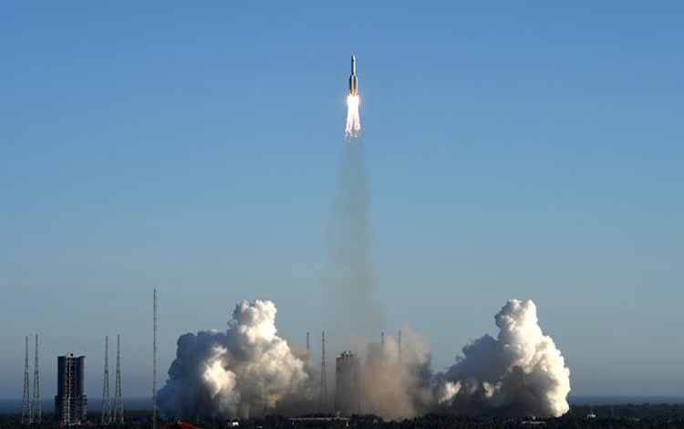 Roket Long March-5B lepas landas dari lokasi peluncuran Wenchang, Pulau Hainan, Cina, Selasa, 5 Mei 2020. Program luar angkasa Cina bertujuan untuk mengangkut astronot ke stasiun ruang angkasa dan eksplorasi ruang angkasa berawak di masa depan. Xinhua/Tu Haichao