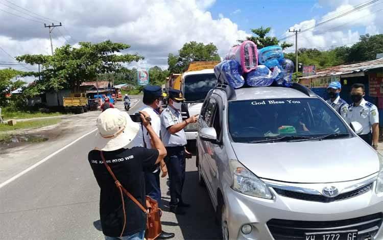 Pemeriksaan jumlah penumpang dalam kendaraan roda empat di wilayah perbatasan Palangka Raya