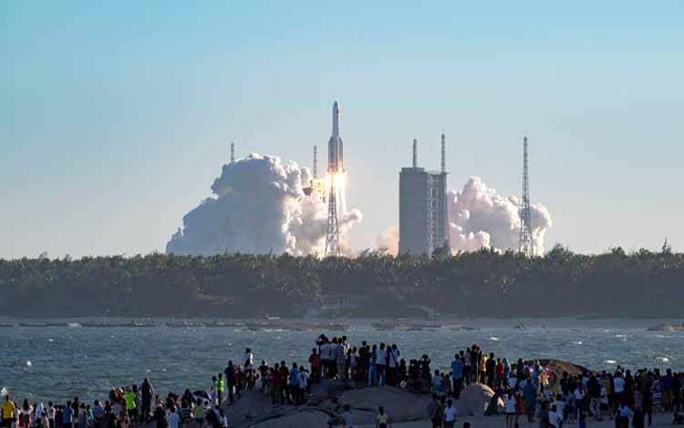 Suasana peluncuran roket Long March-5B dari Wenchang, Pulau Hainan, Cina, Selasa, 5 Mei 2020. Roket dengan panjang sekitar 53,7 meter dan massa lepas landas sekitar 849 ton, juga membawa modul pengembalian kargo. Xinhua/Tu Haichao