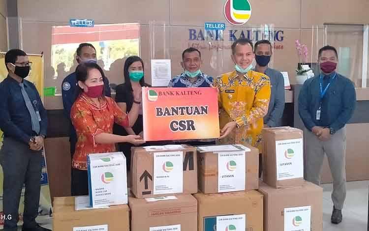 Bupati Gunung Mas, Jaya S Monong saat menerima Bantuan APD dari Bank Kalteng
