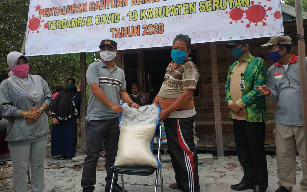 Ketua DPRD Seruyan, Zuli Eko Prasetyo menyerahkan bantuan kepada warga Desa Sungai Bakau, Jumat, 15 Mei 2020.