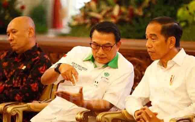 Kepala Staf Kepresidenan, Moeldoko berbincang dengan Presiden Jokowi. (foto : tempo.co)