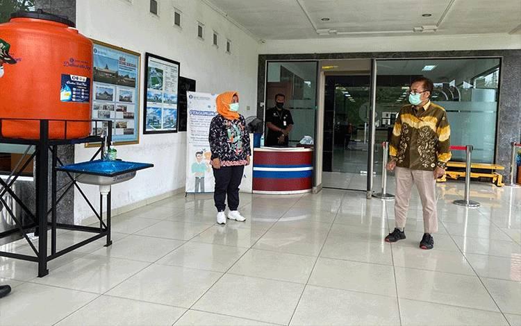 Kepala Kantor Perwakilan Bank Indonesia Provinsi Kalimantan Tengah, Rihando (batik kuning) dalam sebuah kegiatan dengan Tim Gugus Tugas Penanganan Covid-19 Palangka Raya.