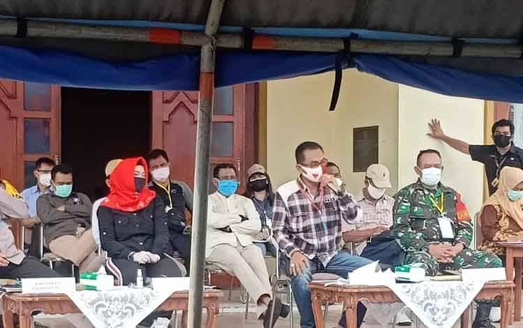 Wakil Wali Kota Palangka Raya Umi Mastikah memimpin rapat evaluasi pelaksanaan PSBB, Sabtu 16 Mei 2020.