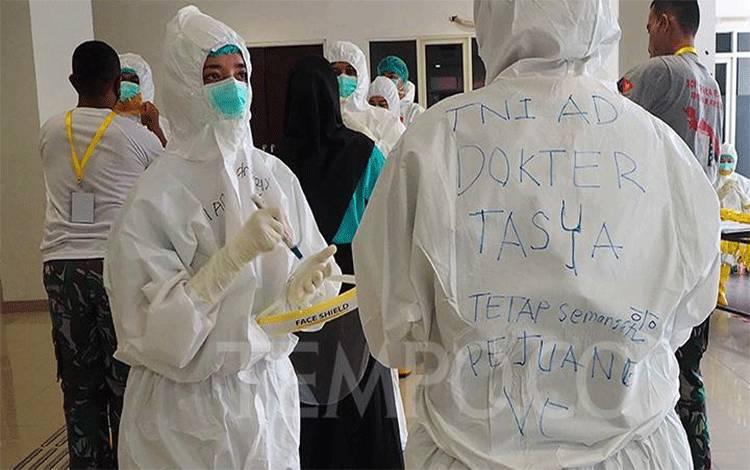 Dokter dan tenaga medis memastikan kenyamanan dan keamanan Alat Pelindung Diri (APD) sebelum memasuki ruang isolasi di Rumah Sakit Darurat (RSD) Covid-19 Wisma Atlet Jakarta, Jumat 15 Mei 2020. (foto : tempo.co)