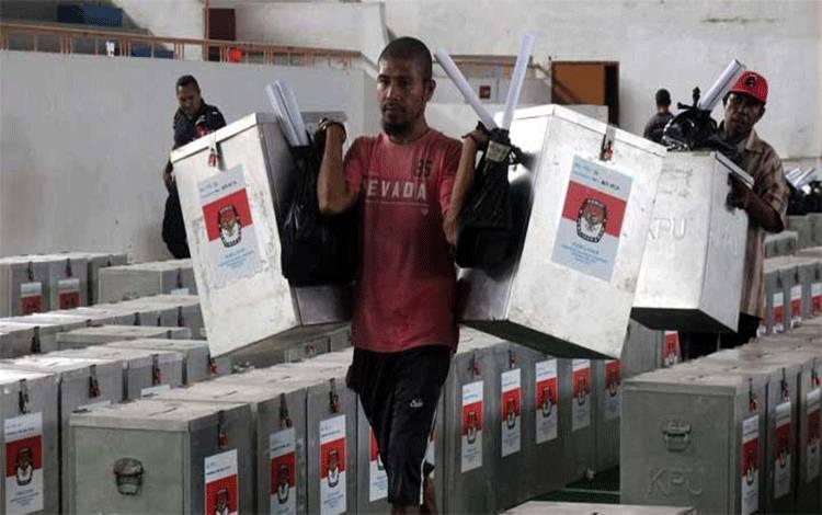 Sejumlah petugas mendistribusikan logistik Pemilihan Kepala Daerah (Pilkada) Provinsi Maluku di Ambon, Maluku, Senin, 25 Juni 2018. KPU Provisi Maluku telah menetapkan 1.151.915 pemilih yang tersebar di 3.385 Tempat Pemungutan Suara (TPS) pada 11 kabupaten/kota. ANTARA