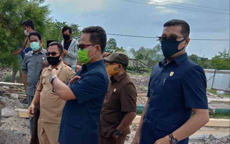 Ketua Fraksi PAN - PKS DPRD Kobar Tuslam Amirudin (kanan) soroti masalah tata batas kabupaten yang belum terselesaikan