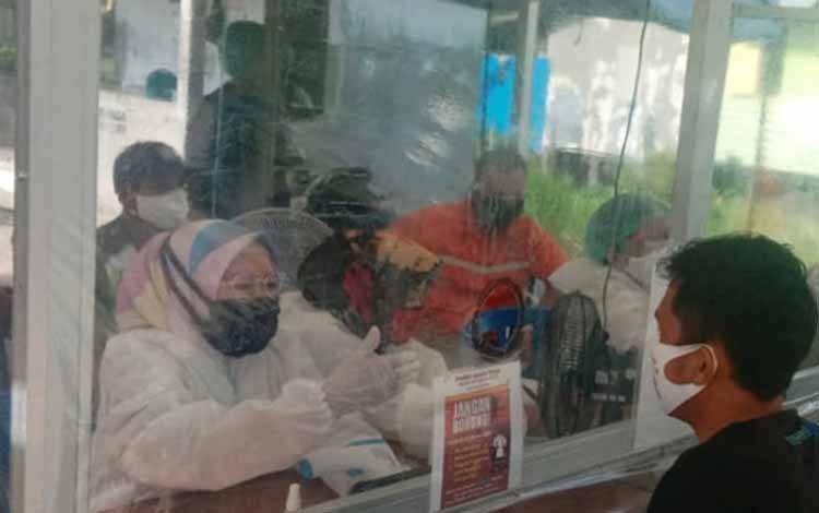 Petugas kesehatan Covid-19 di Pulang Pisau menggunakan alat pelindung diri saat melaksanakan tugas di pos lapangan