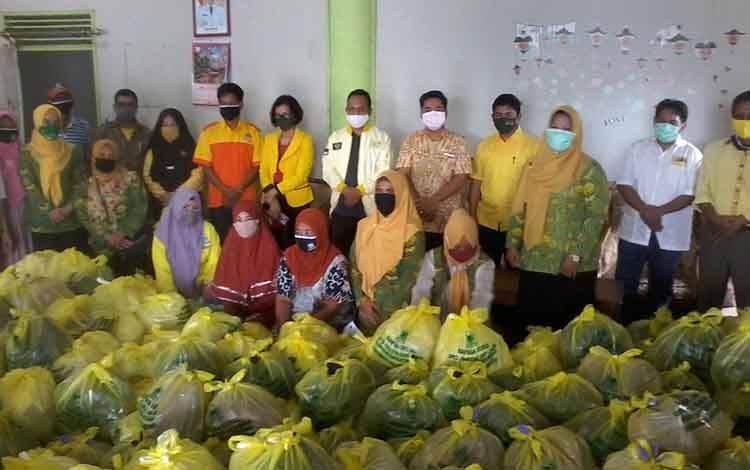 DPD Partai Golkar Katingan memberikan bantuan paket sembako kepada warga terdampak corona
