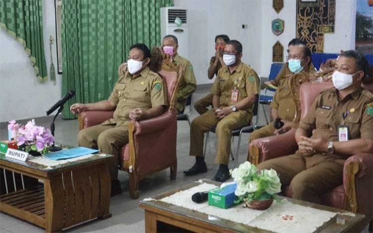 Bupati Pulang Pisau bersama jajaran saat mengikuti video conference Rapid KLHS.