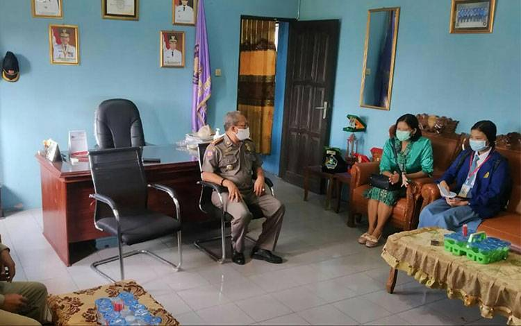 Kepala Satpol PP dan Damkar Kapuas Syahripin saat penyerahan kembali siswa SMKN 1 Kuala Lapuas selesai PKL