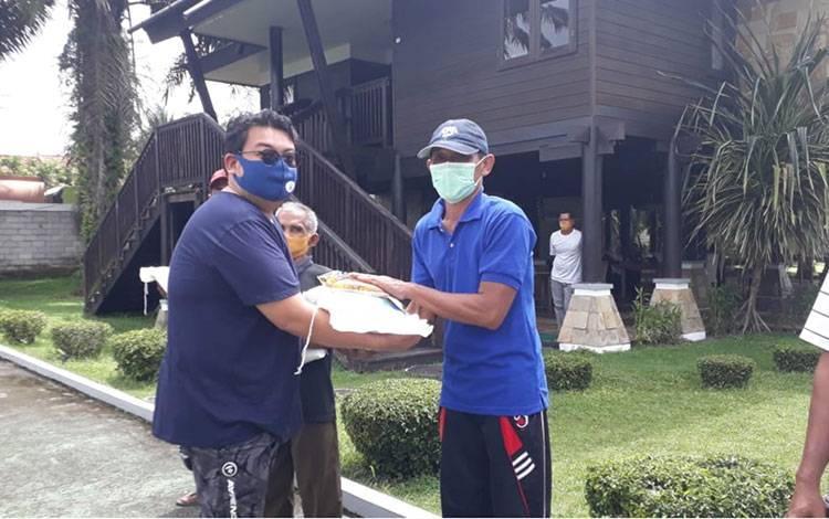 Penyerahan ssmbolis zakat keluarga H Abdul Rasyid dan Ibu Hj Nuriyah untuk masyarakat Desa Pembuang Hulu, Kabupaten Seruyan.