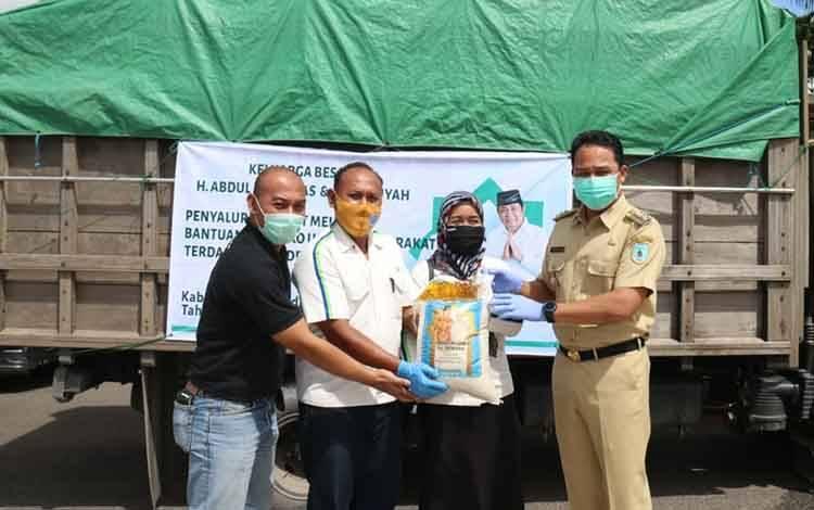 Perwakilan CBI Group mewalili keluarga besar H Abdul Rasyid AS menyerahkan zakat dan bantuan secara simbolik kepada Bupati Lamandau untuk disebar ke masyarakat, Selasa 19 Mei 2020